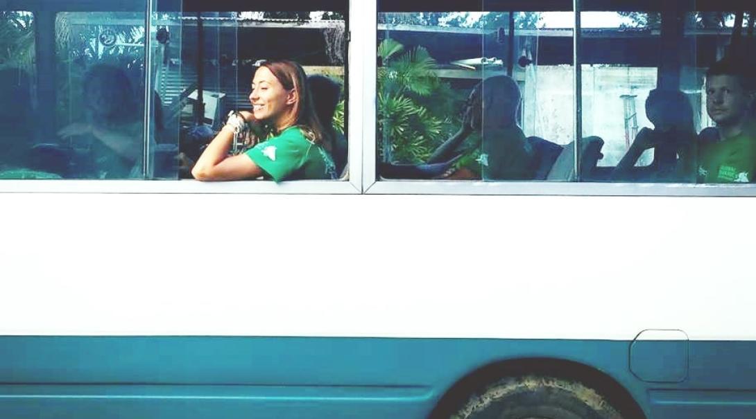 フィジーでバス移動中のプロジェクトアブロードのボランティアたち